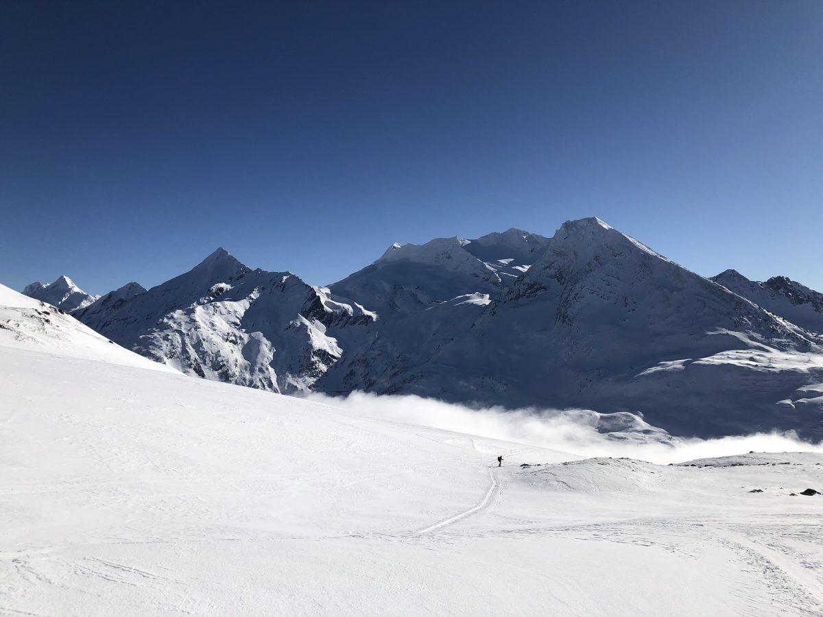 Photo prise lors de l'ascension. Les sommets sont ceux de l'autre versant du col.