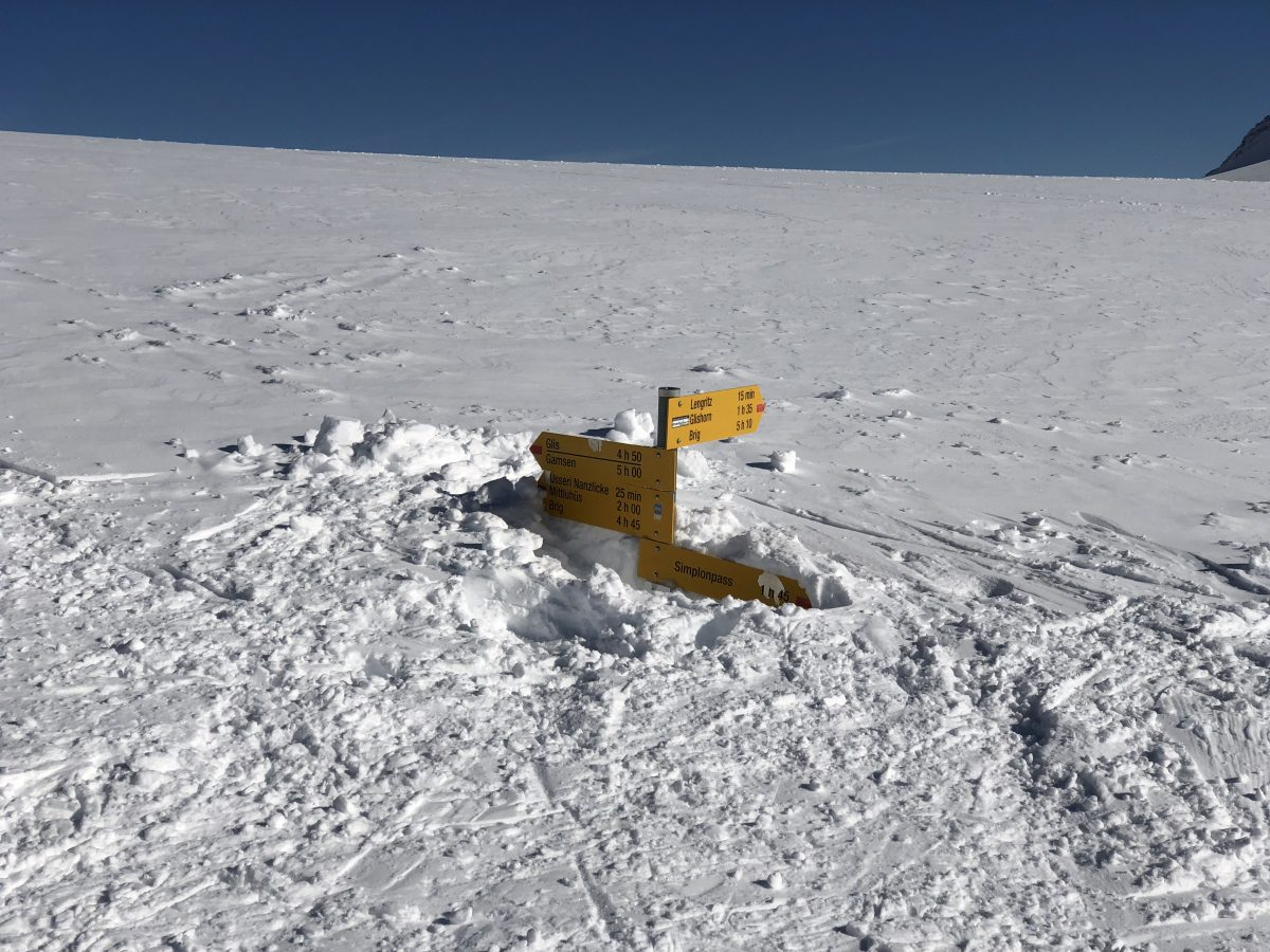 Les panneaux indicatifs, sortent tout juste de la neige, permettant de mesurer la hauteur de neige.