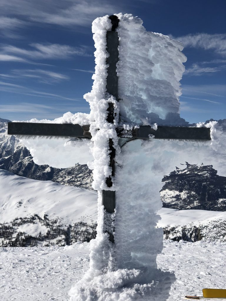 Croix du sommet du Spitzhorli. Le vent et le froid forment cette couche de neige glacée collée à la croix.