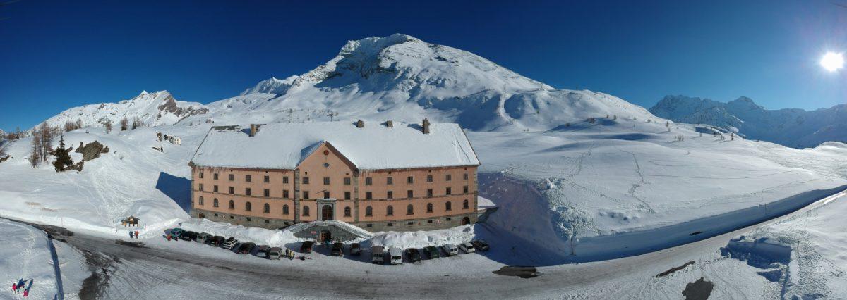 Hospice du Simplon. 2005 mètres.